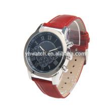 un reloj con correa de cuero con diseño de tres ojos, el mismo cuadrante y forma de correa de color.