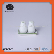 mini ceramic condiment set,ceramic salt and pepper shaker with base,Unique salt and pepper shaker with tray
