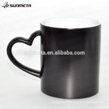 Tasse thermique à changement de couleur personnalisée noir brillant avec poignée de forme coeur