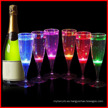 Las gafas glamping para flauta de champán se iluminan para la fiesta navideña de Navidad en casa