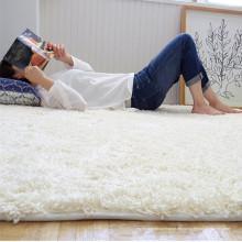 Großer, hochfloriger, weißer Teppich und Mikrofaserteppich