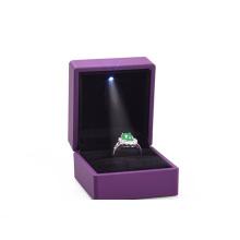 Leder-Plastikschmucksachen LED-heller Ring-Kasten-preiswerter Preis