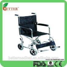 Cuidando a cadeira de rodas de transferência de paciente