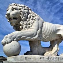 Löwen außerhalb der Häuser mit Pfote auf Ball Statue Paris