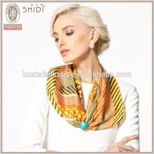 Las rayas y la bufanda de seda del cuello de la tela cruzada del punto de polca