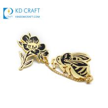 Free sample custom metal die casting gold plated hard enamel cute animal bee lapel pin with flower