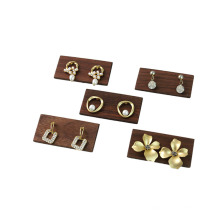 Estante de exhibición de pendiente de madera para joyería