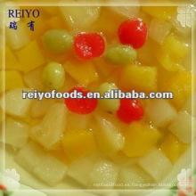 Cóctel de frutas enlatadas en almíbar ligero