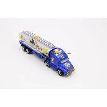 Los niños juegan el camión de juguete del camión de petrolero del aceite para la colección