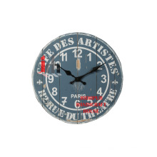 Reloj de pared de madera gris antiguo