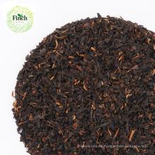 Fink, der schwarzen Tee-Staub mit Massenpaket abnimmt