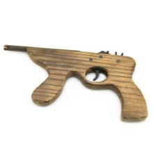 disparando pistolas de juguete para niños