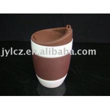 белая керамическая кружка с силиконовой крышкой и рукавом