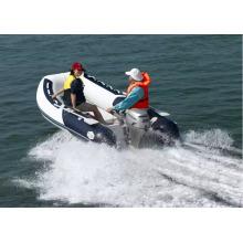 Barco de pesca inflável RIB com motor de popa