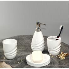 Salle de bains en céramique de l'hôtel blanc (ensemble), sanitaires
