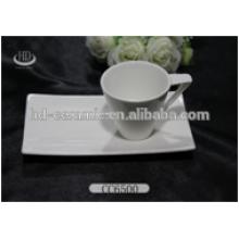 Weißer Porzellantopf und Untertasse