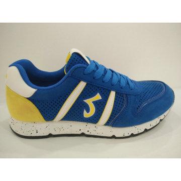 El azul de los hombres ahueca hacia fuera los zapatos corrientes del verano