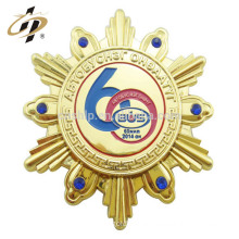 Finely processed high quality zinc alloy gold snowflake star shaped metal badge safety pin