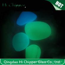 Resplandor en los guijarros de vidrio oscuro