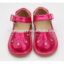 Zapatos recién nacidos hermosos de los bebés de los bebés
