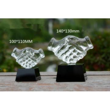 Mão de vidro prêmio presentes de negócios apertando as mãos troféu de cristal