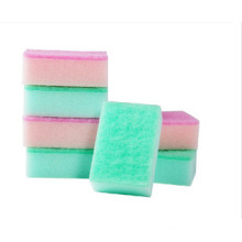 Platos limpios con esponja