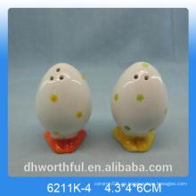 Estatuilla de flor huevo de forma pimienta de cerámica y salero