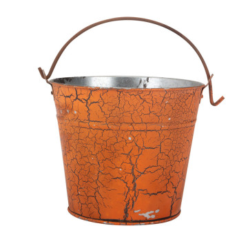 Tin Treat Bucket mit Spinnweben verziert.