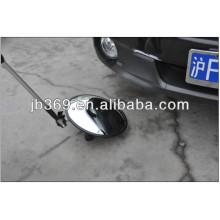 debajo del espejo de inspección del automóvil con uso de seguridad