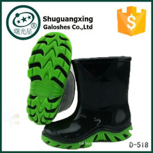 niño chico botas negras y verdes desnudas D-518