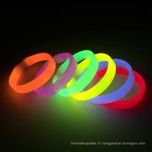 Les bracelets lumineux brillent dans le noir