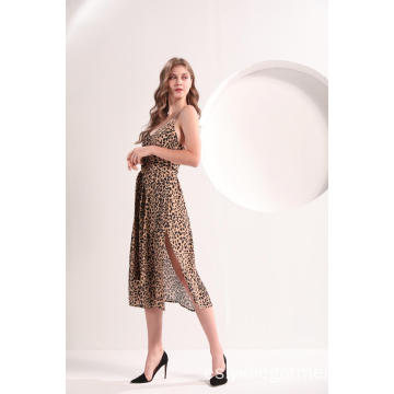 Vestido a media pierna con estampado de leopardo