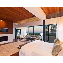 Preço de atacado Red Cedar Wood como fundo de TV e teto de madeira na sala de estar.