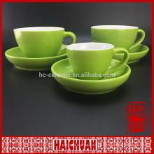 Rote Tasse mit hölzerner Untertasse