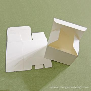 Caixa de papelão feita de papel cartão branco