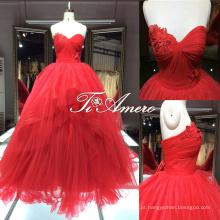Magníficos vestidos vermelhos em camadas em forma de coração e com pedestre em forma de coração com trem longo