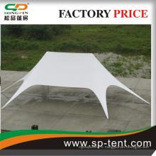 Grande tente à double étoile utilisée pour un événement ou spectacle de fête