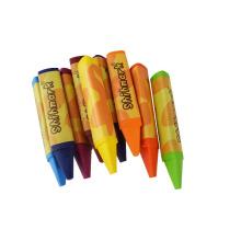 artista profesional dibujando crayones al por mayor, crayón cera a granel