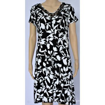 Женское платье с v-образным вырезом и кружевным дизайном