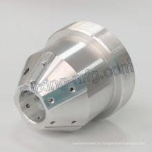 Torno do CNC da precisão que faz à máquina as 4 peças de alumínio da linha central para o suporte da lâmpada