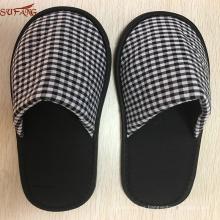 Muji patrón blanco y negro hombre utiliza zapatillas de palma de la fábrica