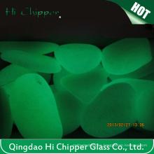 Resplandor en guijarros de vidrio oscuro
