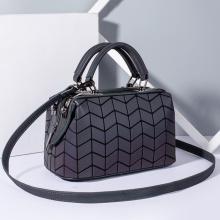 Benutzerdefinierte geometrische Kissenbeutel aus PU-Leder mit leuchtenden Handtaschen
