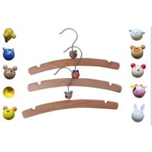Cabide de madeira de crianças com animais de plásticos
