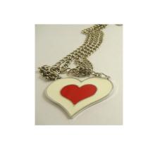 Decoración de la ropa del diseño del OEM Collar rojo del metal del corazón