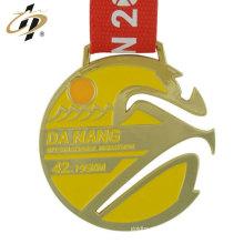 China förderndes kundenspezifisches Logozinklegierungs-Metallgold trägt Medaillen zur Schau