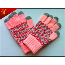 Девушка зимой теплые руки перчатки