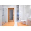 Portas de banheiro com estrutura de madeira