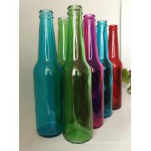Venda quente clara e garrafas de vidro colorido da cerveja