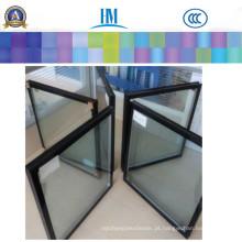 Vidro de janela reflexivo claro do vidro isolado